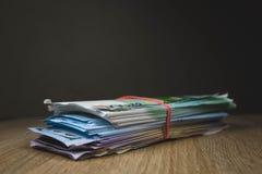 большая валюшка рублей евро доллара счетов наличных денег в пакетах на таблице текстурированных доск стоковые фотографии rf