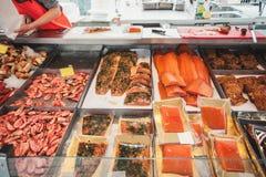 Большая витрина с рыбами креветки и деликатесами морепродуктов на счетчике норвежского рыбного базара стоковое изображение