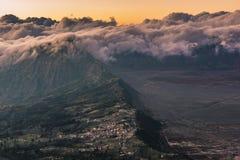 Большая возвышенность деревни Cemoro Lawang с красивой предпосылкой облаков стоковое фото rf