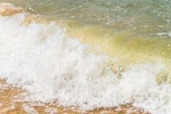 Большая волна моря мощно падает на песочное побережье стоковая фотография rf