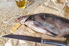 Большая высушенная рыба лежит на разделочной доске Следующий нож Стоковое Фото