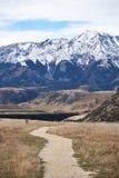Большая гора на запасе потока пещеры сценарном, Новой Зеландии стоковые изображения rf