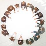Большая группа в составе бизнесмены сидя на круглом столе B Стоковые Фотографии RF