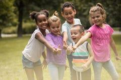 Большая группа в составе дети Портрет единение стоковые фотографии rf