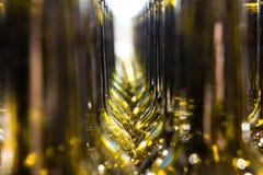 Большая группа в составе зеленые повторно использованные стеклянные бутылки вина стоковое фото