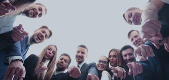 Большая группа в составе коллеги обнятая в круге, сильной концепции a Стоковое Фото