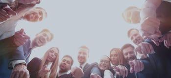 Большая группа в составе коллеги обнятая в круге, сильной концепции a Стоковые Изображения RF