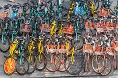 Большая группа в составе, который делят велосипеды в Чэнду стоковые фотографии rf