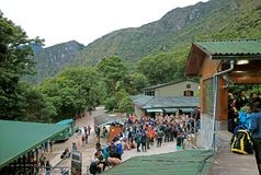 Большая группа в составе посетители ждать на въездных воротах Incas цитадели Machu Picchu, Cusco, Перу стоковое изображение
