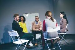 Большая группа людей имея консультируя встречу Стоковая Фотография