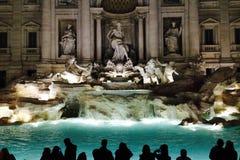 Большая группа людей перед Фонтаной di Trevi в ноче на Roma, Италии 2015 12 02 Стоковая Фотография