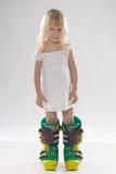 большая девушка ботинок меньшяя лыжа стоковые изображения