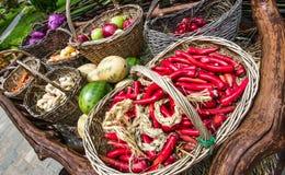 Большая деревянная тележка с свежими овощами от фермы Стоковые Фото