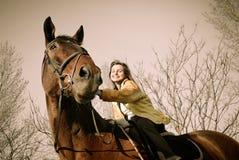 большая женщина riding лошади browm Стоковые Фото