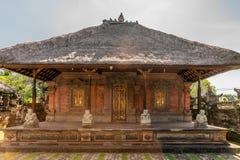 Большая закрытая святыня с алтаром на виске Batuan, Ubud, Бали Индонезии стоковое изображение