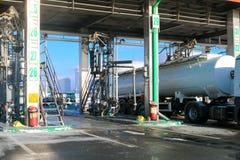 Большая зеленая промышленная бензоколонка для дозаправляя кораблей, тележек и танков с топливом, бензином и дизелем в зиме стоковое изображение rf