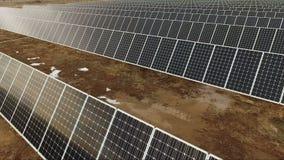 Большая зеленая ферма Солнце солнечной энергии альтернативной энергии собирая панели сток-видео