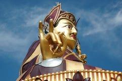 Большая золотистая статуя Padmasambhava в Rewalsar, Индии стоковая фотография
