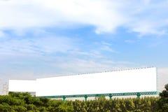 Большая и длинная афиша над деревом стоковые фото
