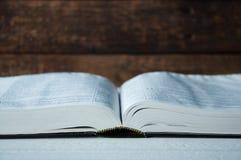 Большая книга лежит открытый на деревянном столе стоковые изображения