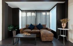 Большая кожаная угловая софа в комнате открытого плана живущей стоковые фотографии rf