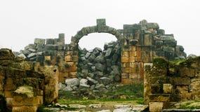 Большая колоннада на Apamea в тумане, частично разрушенном ISIS, Сирия Стоковые Изображения