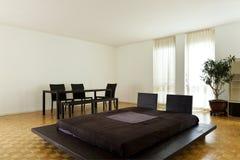 Большая комната с двойной кроватью Стоковое Изображение