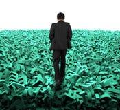 Большая концепция данных, бизнесмен идя на огромные зеленые характеры стоковая фотография rf