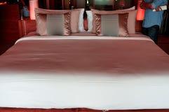 Большая кровать для 2 человек, украшенная с пинком Стоковые Изображения RF