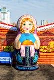 Большая кукла matryoshka также известная как русская кукла вложенности Стоковое Изображение RF