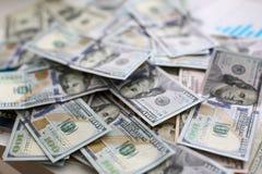Большая куча денег США лежа вниз в случайном заказе стоковые фото
