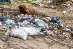 Большая куча старья и отброса сбросила в природе или парке в городе загрязняя окружающую среду с плохим запахом стоковые фото