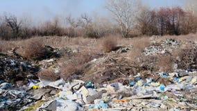Большая куча хлама в середине естественной природы, концепции загрязнения окружающей среды акции видеоматериалы