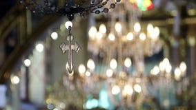 Большая лампа люстры с маленьким крестом в церков сток-видео
