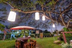 Большая лампа ремесла декоративного освещения дерева дождя с деревянным столом c Стоковые Изображения RF