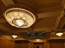 Большая люстра - внутренняя архитектура стоковая фотография