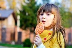 большая милая есть девушка меньший портрет lollipop Стоковые Фотографии RF