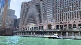 Большая моторка пересекает перед рыноком товара на шлюпк-переполнятьой Реке Чикаго сток-видео
