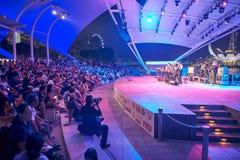 большая ноча девушок толпы согласия мальчиков видит для того чтобы сидеть этап к Стоковое Фото