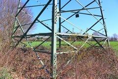 Большая опора силы транспортируя электричество в области сельской ме стоковые фотографии rf