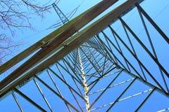 Большая опора силы транспортируя электричество в области сельской ме стоковые фото