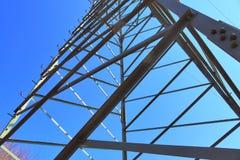 Большая опора силы транспортируя электричество в области сельской ме стоковые изображения