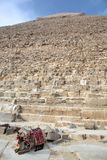 Большая пирамида и отдыхая верблюд Стоковое Изображение