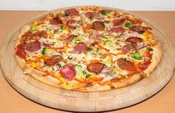 Большая пицца на конце-вверх плиты Справочная информация Стоковое Изображение