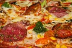 Большая пицца на конце-вверх плиты Справочная информация Стоковая Фотография