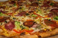 Большая пицца на конце-вверх плиты Справочная информация Стоковое Изображение RF