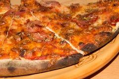 Большая пицца на конце-вверх плиты Справочная информация Стоковые Фотографии RF