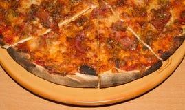 Большая пицца на конце-вверх плиты Справочная информация Стоковые Фото