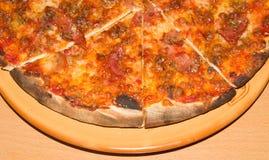 Большая пицца на конце-вверх плиты Справочная информация Стоковая Фотография RF