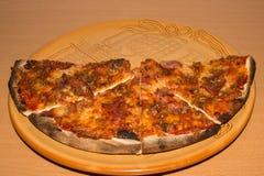 Большая пицца на конце-вверх плиты Справочная информация Стоковые Изображения RF